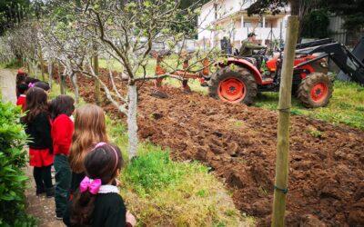 O trator veio à horta do Colégio! – Jardim de Infância